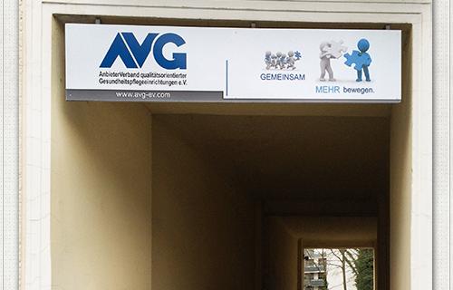Bild vom neuen AVG Aussenschild über der Toreinfahrt