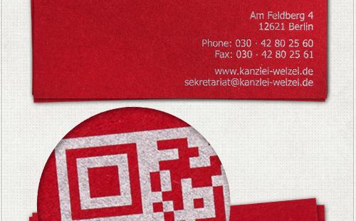 Detail mit silbernem QR-Code auf der Visitenkartenrückseite