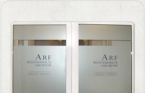 neue Beschriftung der Eingangstüren zur Kanzlei