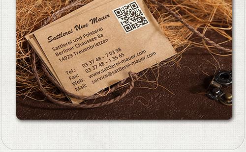 Foto der Rückseite mit QR-Code und Kontaktdaten der Visitenkarten