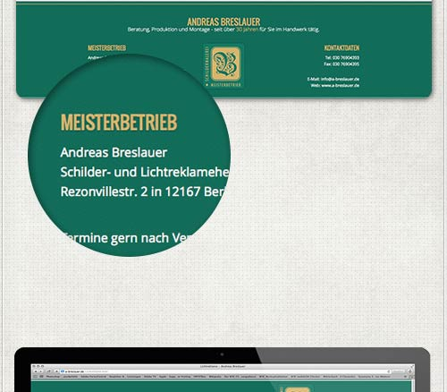 Detail des Hintergrundes im Fußbereich der Homepage in der Firmenfarbe grün mit der goldenen Firmenfarbe als Überschrift